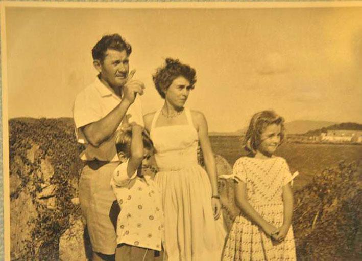 Władek, Michael, Mabel i Susan. W głębi widoczna Bellamy Cay  i na niej Clubhouse, dzisiejszy The Last Resort