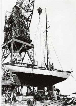 Zjawa III w stoczni Tanjong Prik po spotkaniu z fatalną rafą. Zdjecie Wł. Wagner